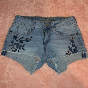 Arizona Jean co. Light washed embroidered shorts